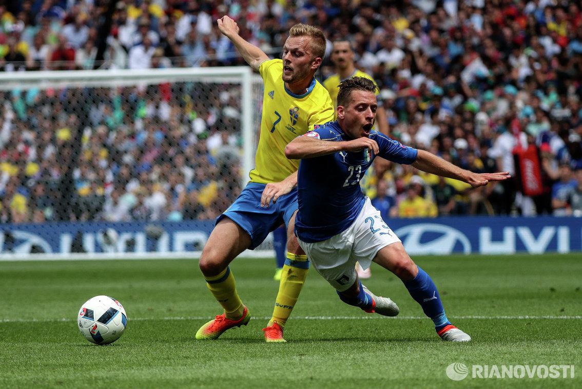 Полузащитники сборной Швеции Себастьян Ларссон (слева) и сборной Италии Эмануэле Джаккерини