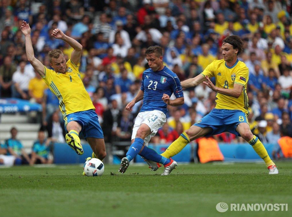 Полузащитник сборной Италии Эмануэле Джаккерини (в центре)