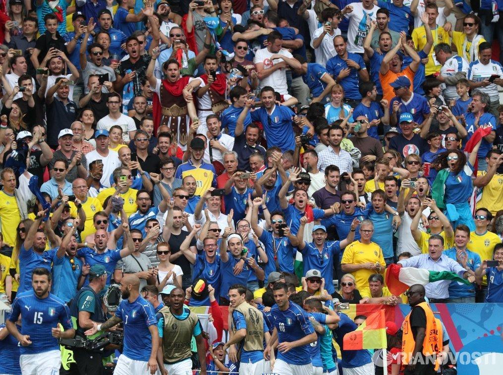 Игроки сборной Италии и итальянские болельщики