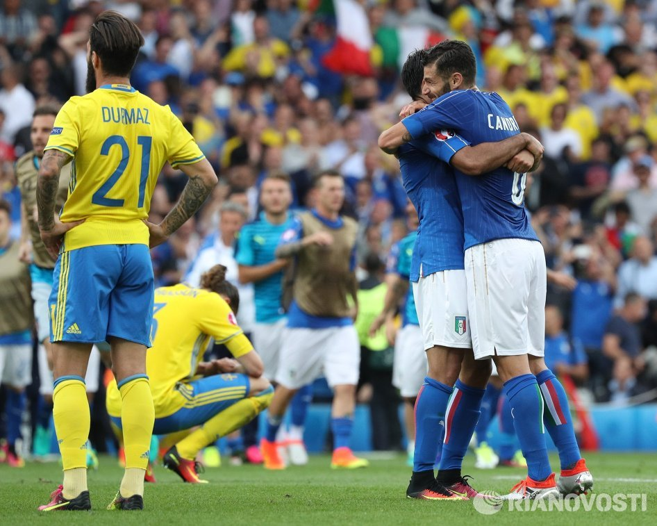 Футболисты сборной Италии Антонио Кандрева и Эдер Мартинс (справа налево) радуются забитому мячу