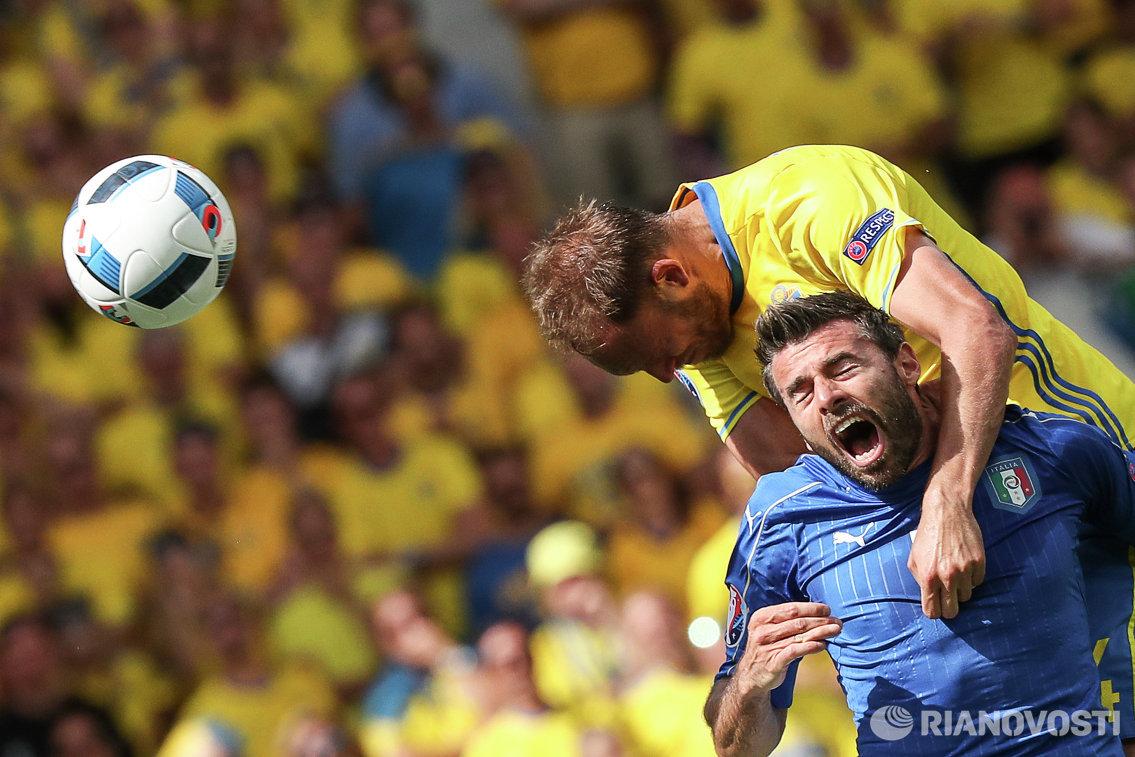 Защитники сборной Италии Андреа Барцальи (на первом плане) и сборной Швеции Андреас Гранквист