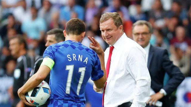 Защитник сборной Хорватии Дарио Срна (слева) и главный тренер сборной Чехии Павел Врба