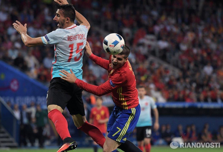 Полузащитник сборной Турции Мехмет Топал (слева) и форвард сборной Испании Альваро Мората