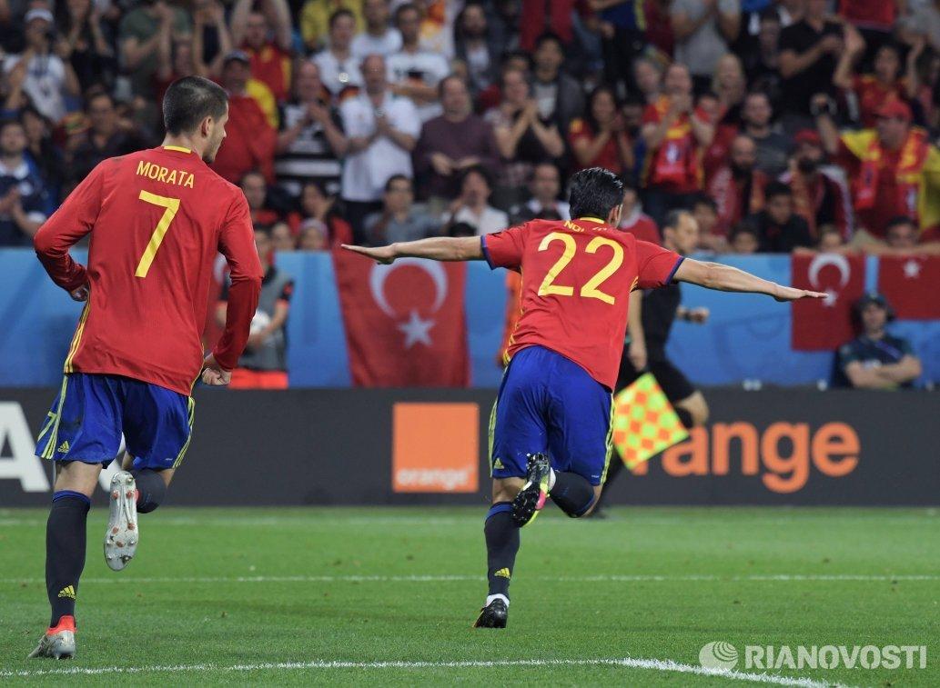 Футболисты сборной Испании Альваро Мората (слева) и Нолито