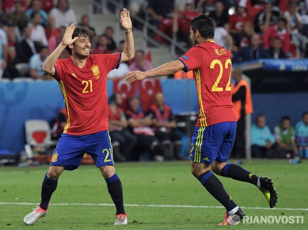 Футболисты сборной Испании Давид Сильва (слева) и Нолито