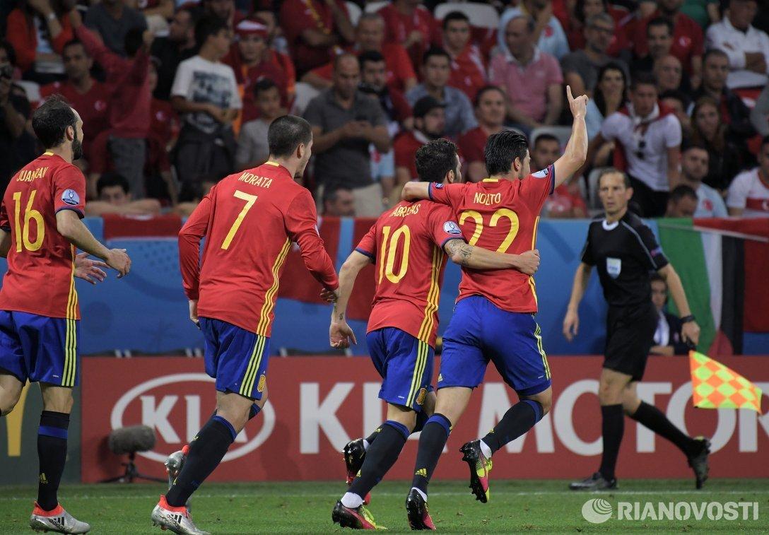 Футболисты сборной Испании Хуанфран, Альваро Мората, Сеск Фабрегас и Нолито (слева направо)