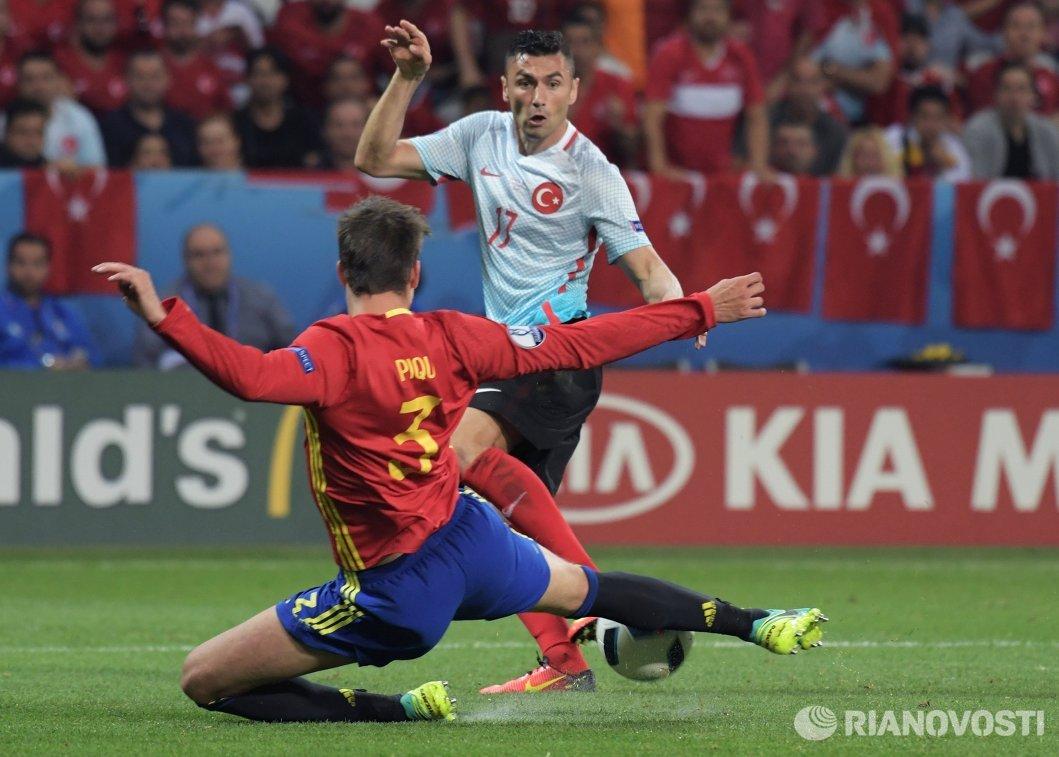 Защитник сборной Испании Жерар Пике (на первом плане) и форвард сборной Турции Бурак Йылмаз
