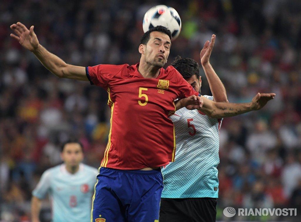 Полузащитник сборной Испании Серхио Бускетс (на первом плане) и полузащитник сборной Турции Нури Шахин