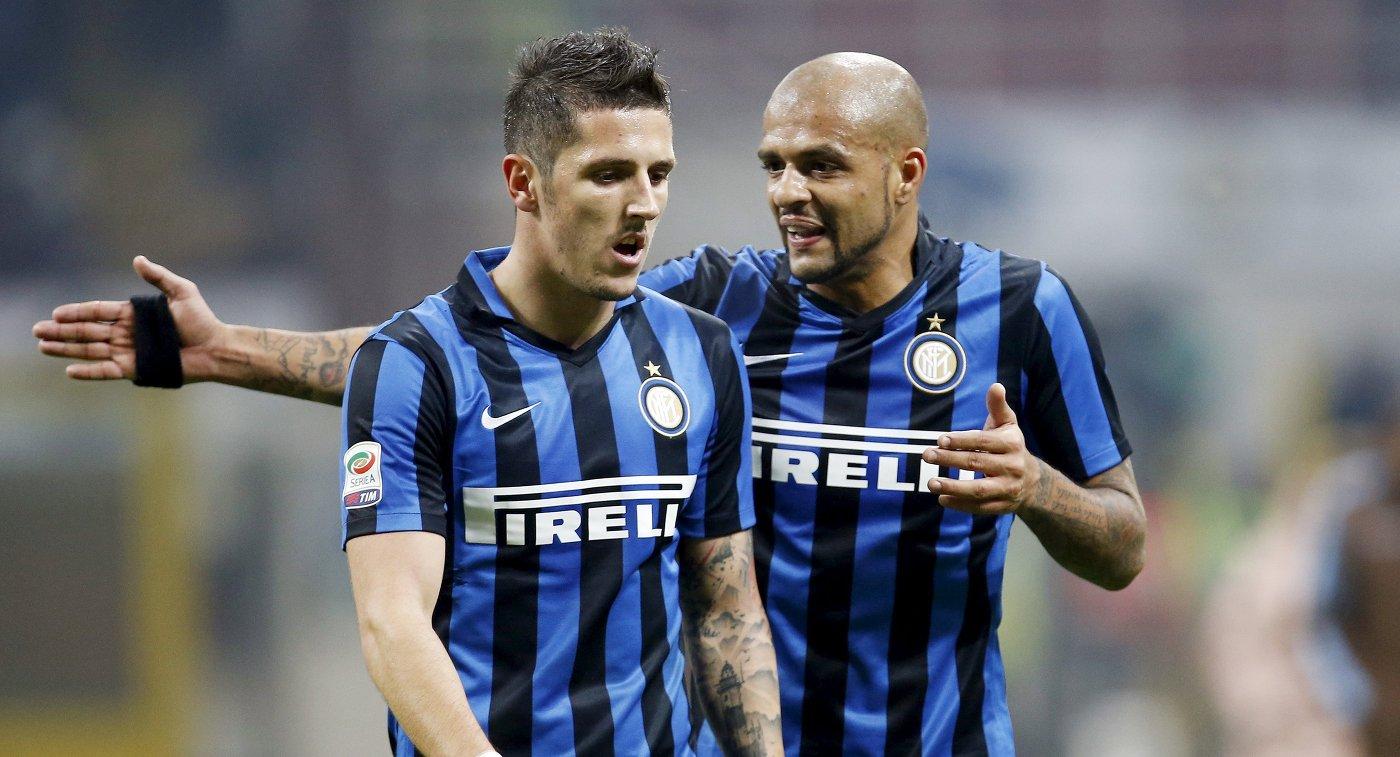 Футболисты Интера Стеван Йоветич и Фелипе Мело (слева направо) в матче против Лацио