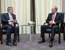Президент России Владимир Путин (справа) и президент Международного олимпийского комитета Томас Бах во время встречи в Олимпийском парке в Сочи