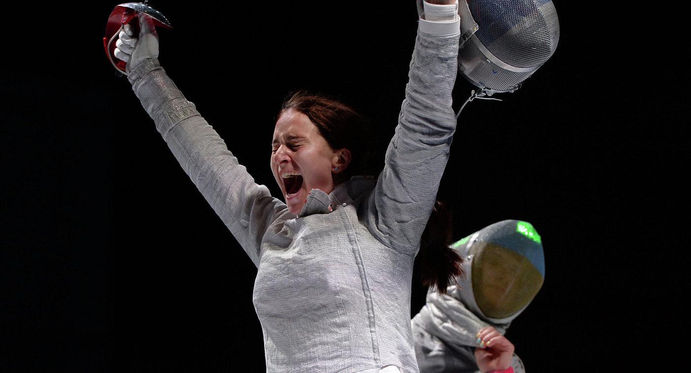 Россиянка Софья Великая радуется победе в финальном поединке на соревнованиях командного первенства среди женщин по фехтованию на саблях на чемпионате мира в Москве