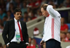 Главный тренер сборной России Леонид Слуцкий (справа) и главный тренер сборной Уэльса Крис Коулман
