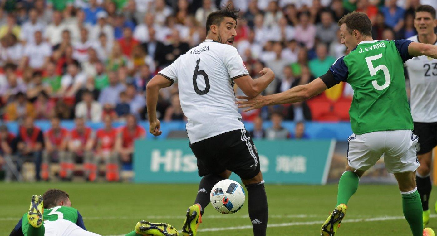 Защитник сборной Северной Ирландии Джонни Эванс и полузащитник сборной Германии Сами Хедира (справа налево)