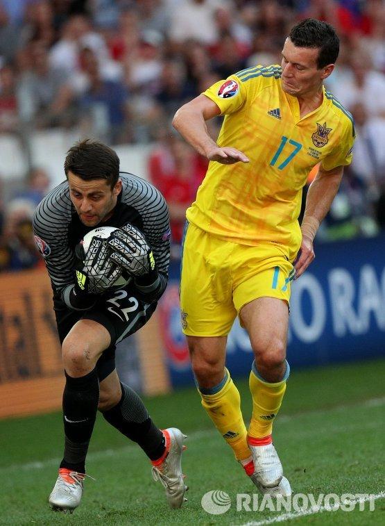 Вратарь сборной Польши Лукаш Фабианьский (слева) и защитник сборной Украины Артем Федецкий