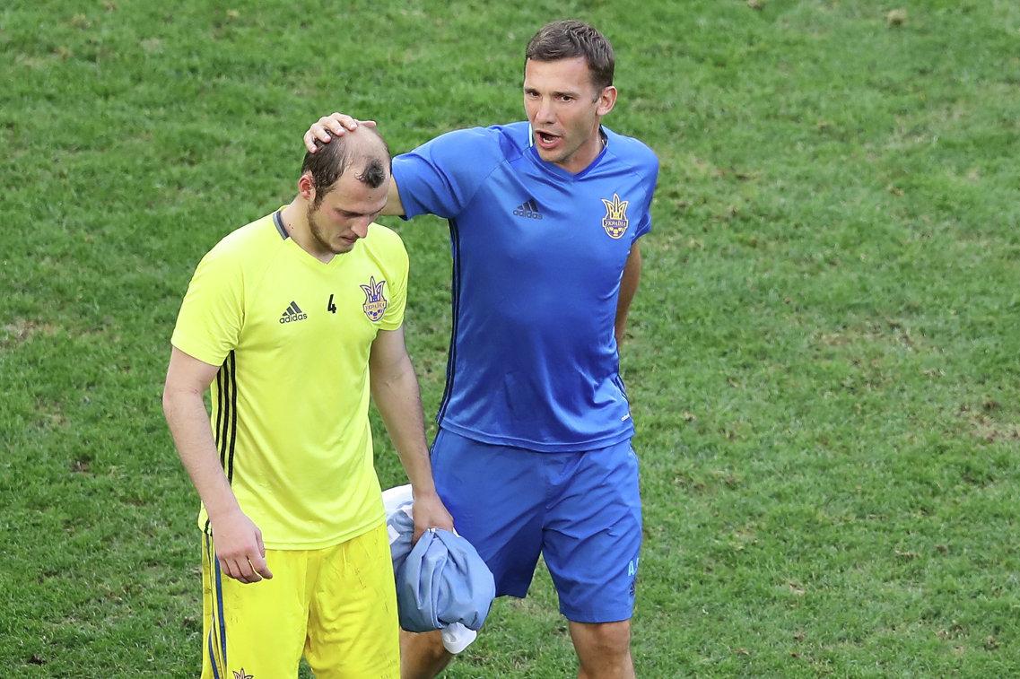 Полузащитник сборной Украины Роман Зозуля и тренер Андрей Шевченко (слева направо)