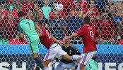 Нападающий сборной Португалии Криштиану Роналду и футболисты сборной Венгрии Роланд Юхас и Адам Салаи (слева направо)