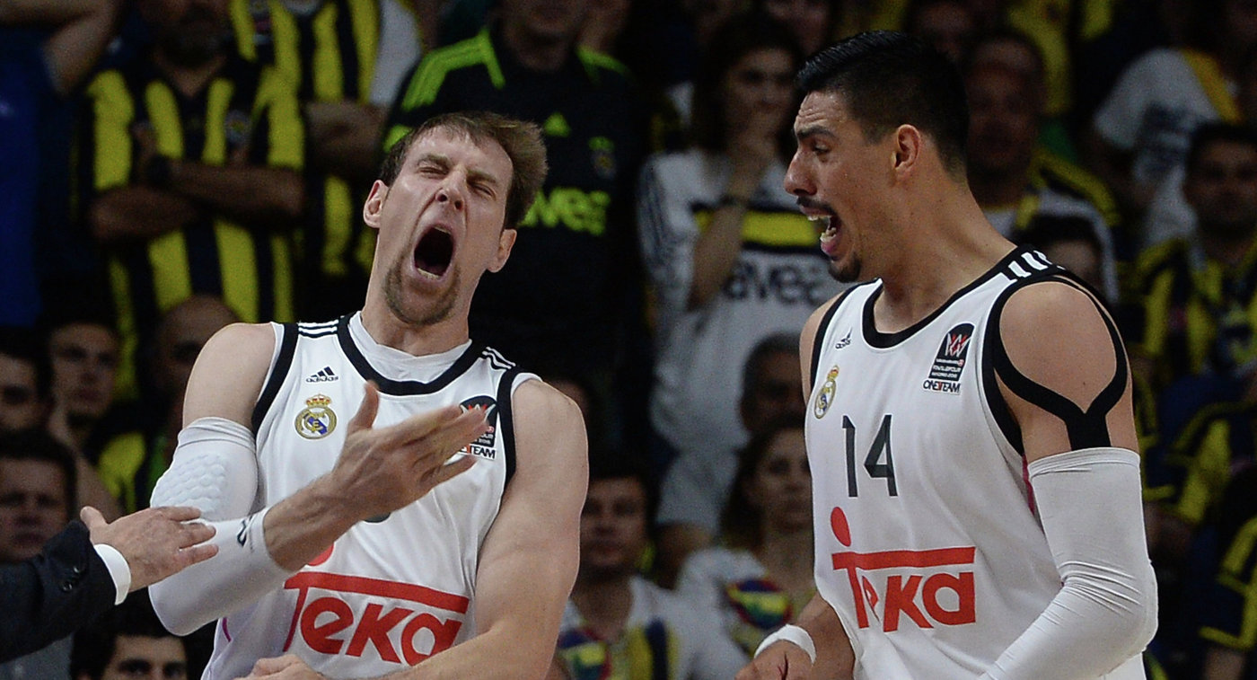 Баскетболисты Реала Андрес Ночиони (слева) и Густаво Айон