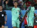 Форвард сборной Португалии Криштиану Роналду (в центре)