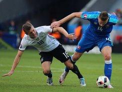 Полузащитник сборной Германии Тони Кроос (слева) и защитник сборной Словакии Милан Шкриняр