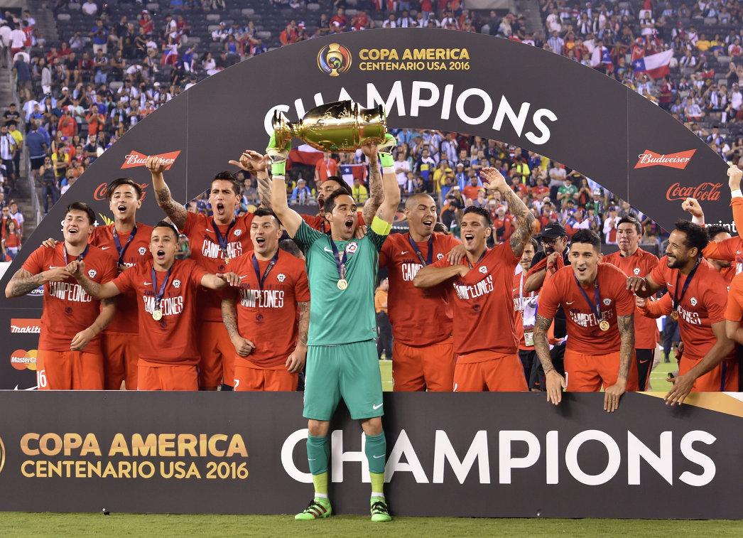 Футболисты сборной Чили после победы в финале Кубка Америки-2016