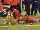Футболисты сборной Чили Артуро Видаль (справа) и Гари Медель