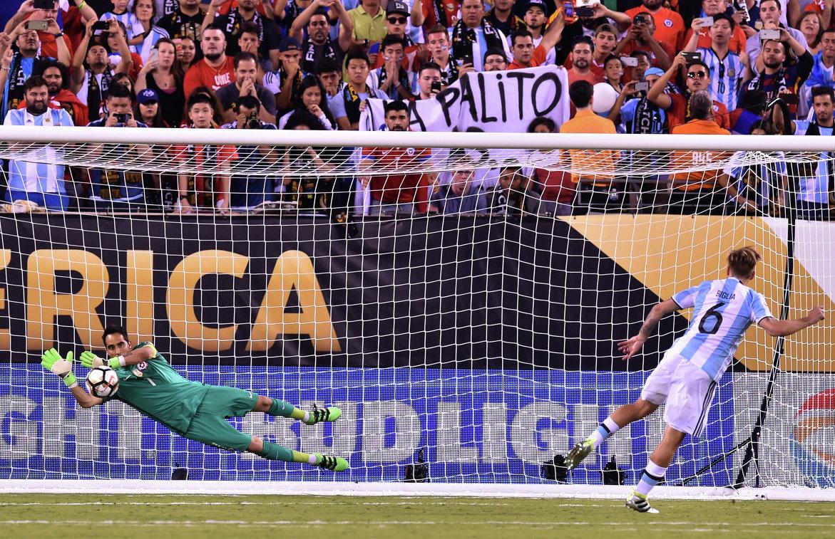 Полузащитник сборной Аргентины Лукас Билья (справа) и вратарь сборной Чили Клаудио Браво