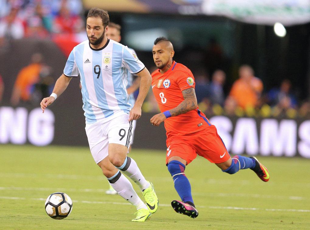 Форвард сборной Аргентины Гонсало Игуаин (слева) и полузащитник сборной Чили Артуро Видаль