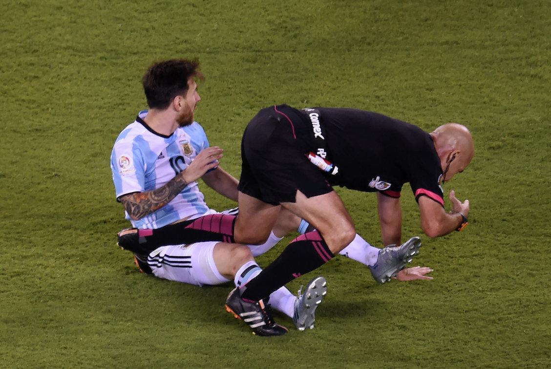 Нападающий сборной Аргентины Лионель Месси (слева) и арбитр Эбер Лопес