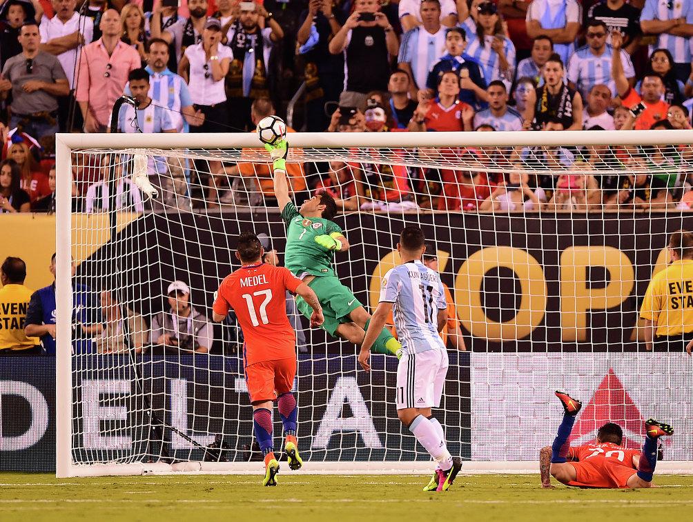 Игровой момент матча Чили - Аргентина