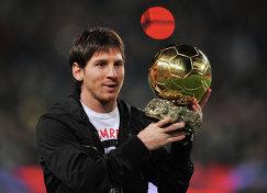 Лионель Месси со своим первым Золотым мячом, 2009 год