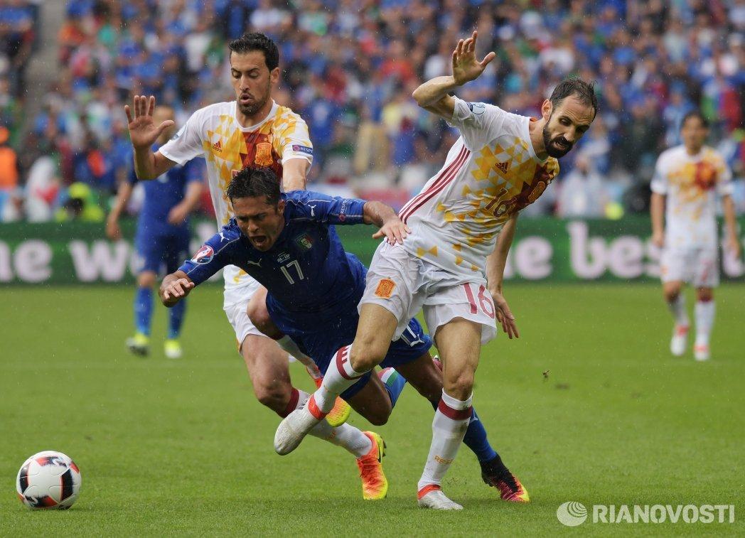 Полузащитник сборной Испании Серхио Бускетс, нападающий сборной Италии Эдер Мартинс и защитник сборной Испании Хуанфран (слева направо)
