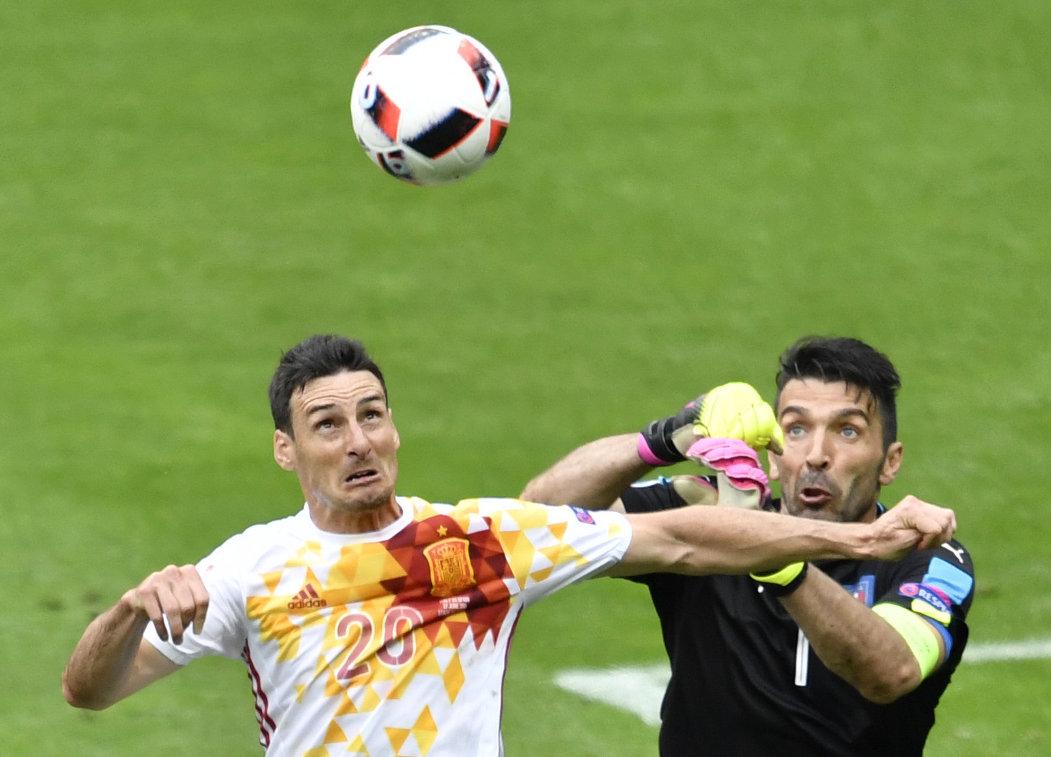 Нападающий сборной Испании Ариц Адурис и вратарь сборной Италии Джанлуиджи Буффон (справа)