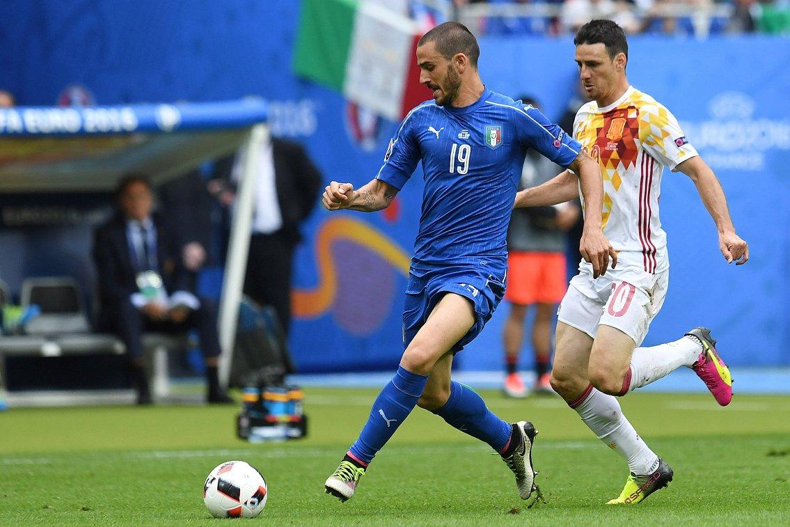 Защитник сборной Италии Леонардо Бонуччи и нападающий сборной Испании Ариц Адурис (справа)