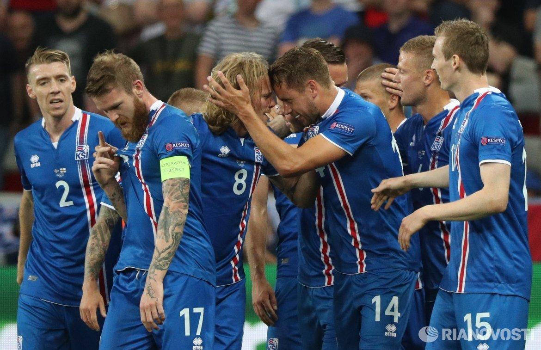Футболисты сборной Исландии радуются забитому мячу