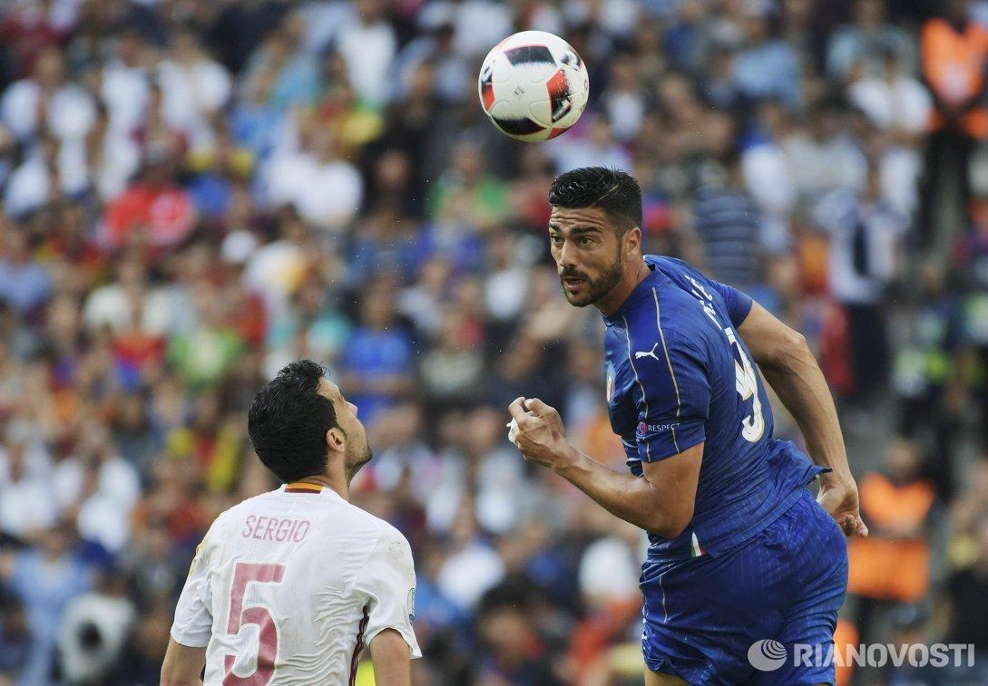 Полузащитник сборной Испании Серхио Бускетс (слева) и нападающий сборной Италии Грациано Пелле