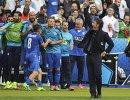Главный тренер сборной Италии Антонио Конте и футболисты команды радуются победе