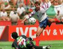 1994 год - фоовард сборной России Олег Саленко забивает пятый мяч в ворота камерунского голкипера Жака Сонго'О