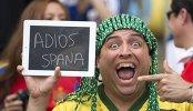 Болельщики сборной Бразилии держит табличку с надписью До свидания, Испания