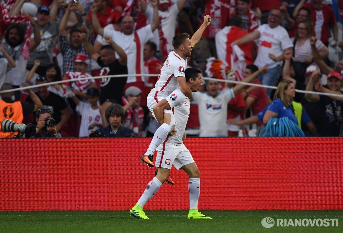 Футболисты сборной Польши Якуб Блащиковский (слева) и Роберт Левандовский