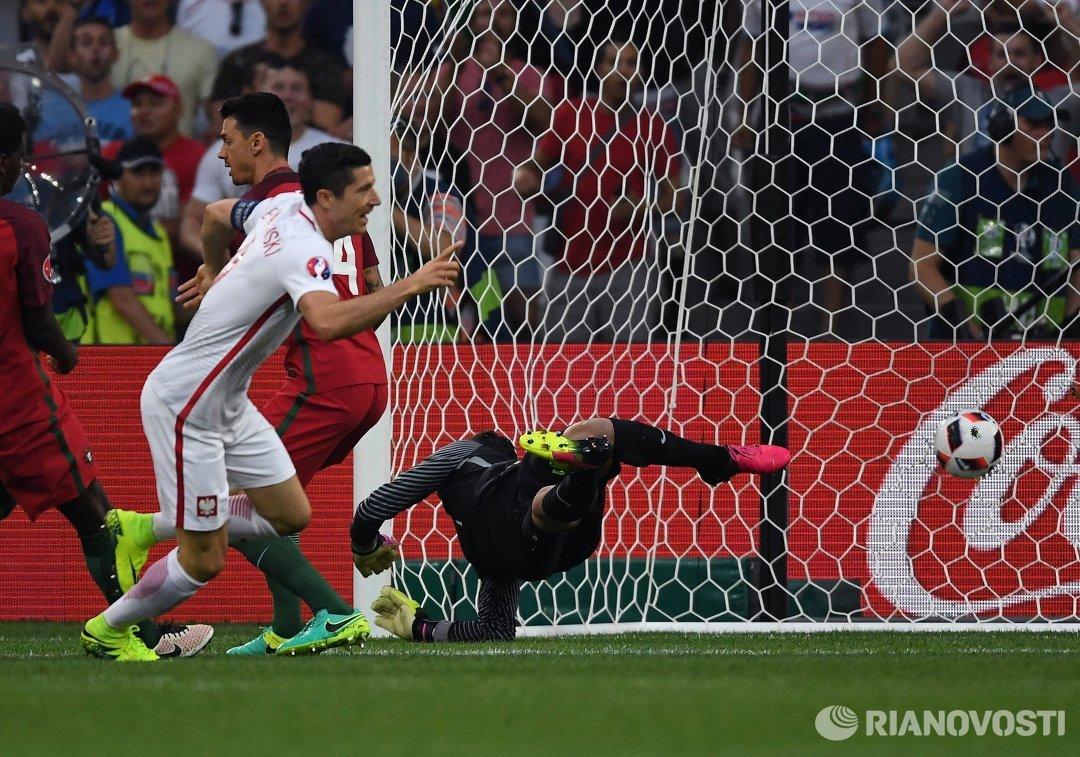 Форвард сборной Польши Роберт Левандовский (слева) радуется забитому голу