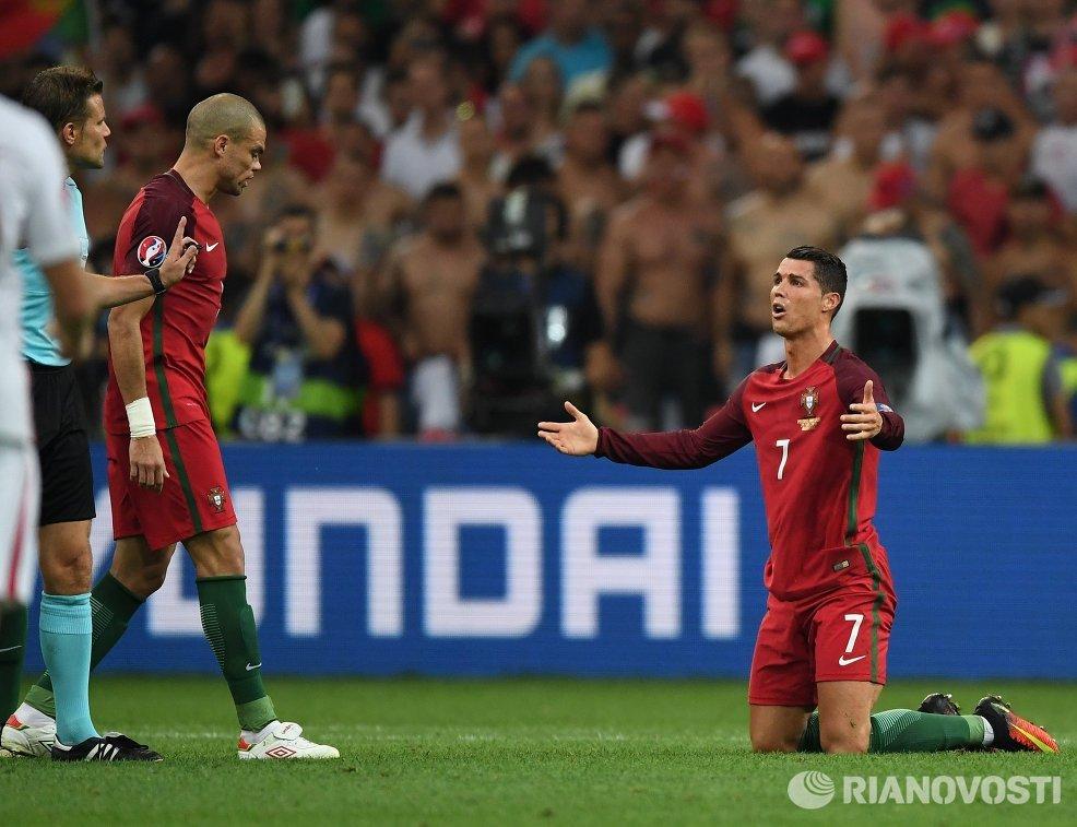 Главный судья Феликс Брих (Германия) и футболисты сборной Португалии Пепе и Криштиану Роналду (слева направо)