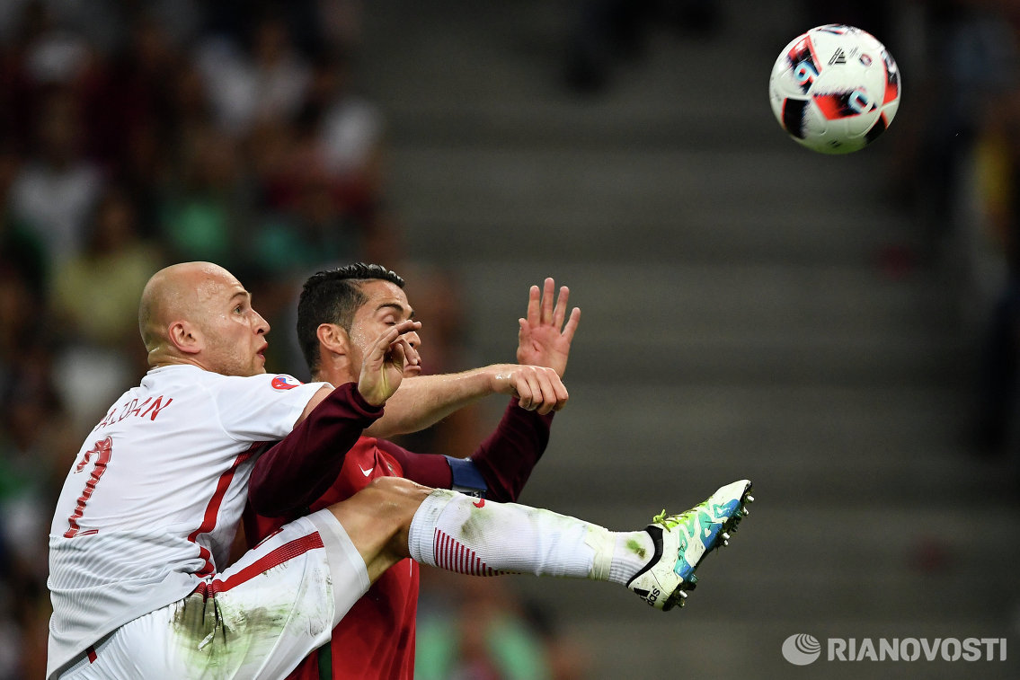Защитник сборной Польши Михал Паздан (слева) и нападающий сборной Португалии Криштиану Роналду