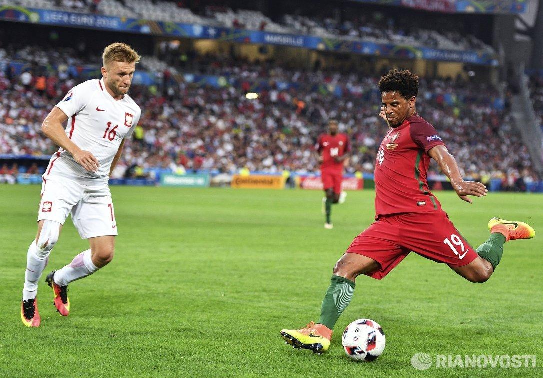 Полузащитник сборной Польши Якуб Блащиковский (слева) и защитник сборной Португалии Элизеу
