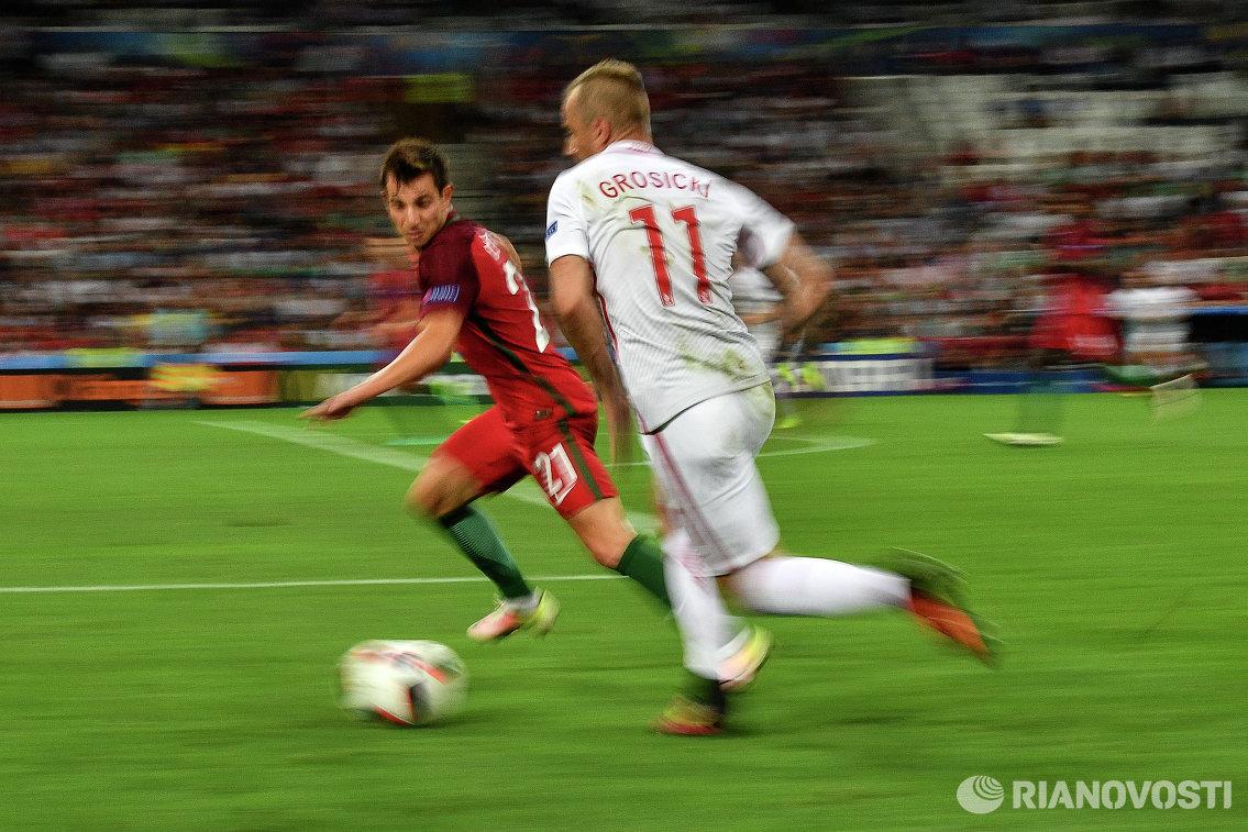 Защитник сборной Португалии Седрик Соареш (слева) и полузащитник сборной Польши Камил Гросицкий
