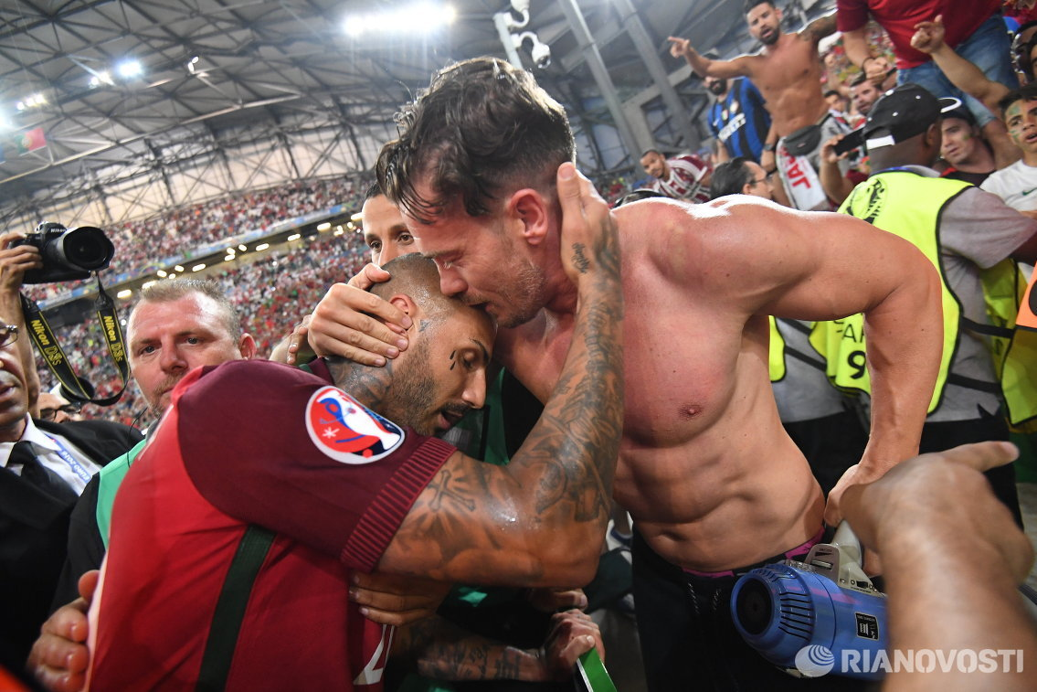 Полузащитник сборной Португалии Рикарду Куарежма (слева)