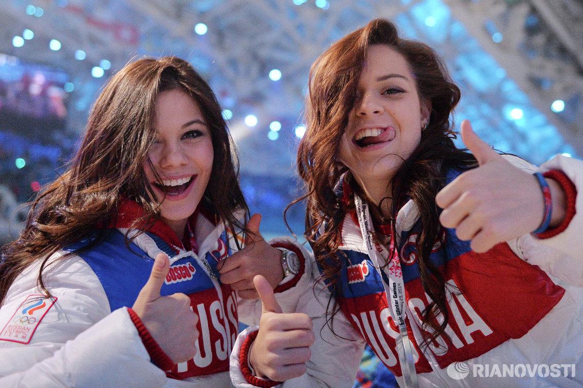 Российские фигуристки Елена Ильиных (слева) и Аделина Сотникова на церемонии закрытия XXII зимних Олимпийских игр в Сочи