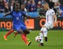 Полузащитник сборной Франции Блез Матюиди (слева) и полузащитник сборной Исландии Йоханн Гудмундссон