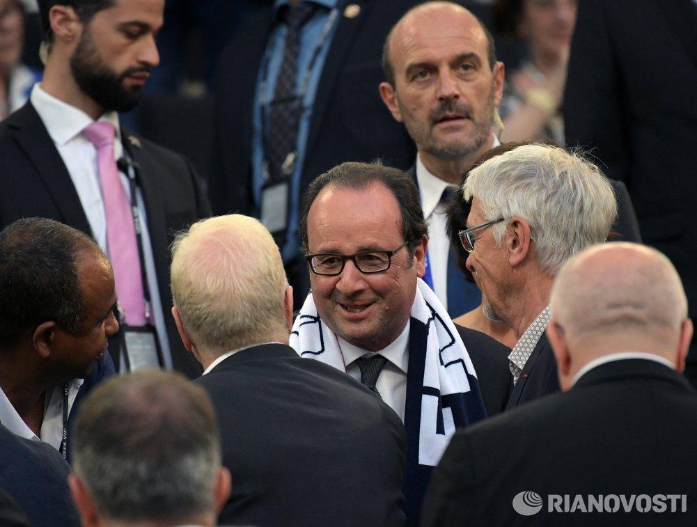Президент Франции Франсуа Олланд (в центре)