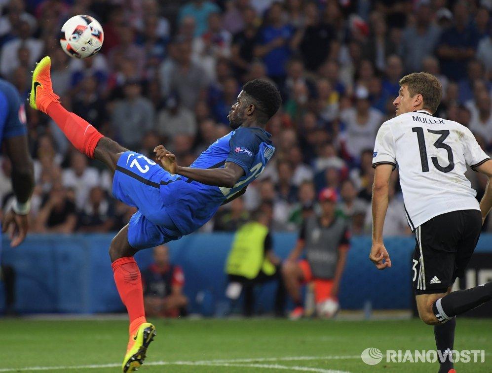 Защитник сборной Франции Самюэль Юмтити (слева) и нападающий сборной Германии Томас Мюллер