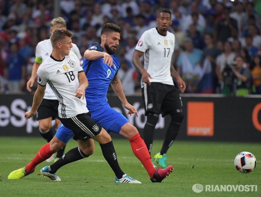 Полузащитник сборной Германии Тони Кроос (слева) и форвард сборной Франции Оливье Жиру